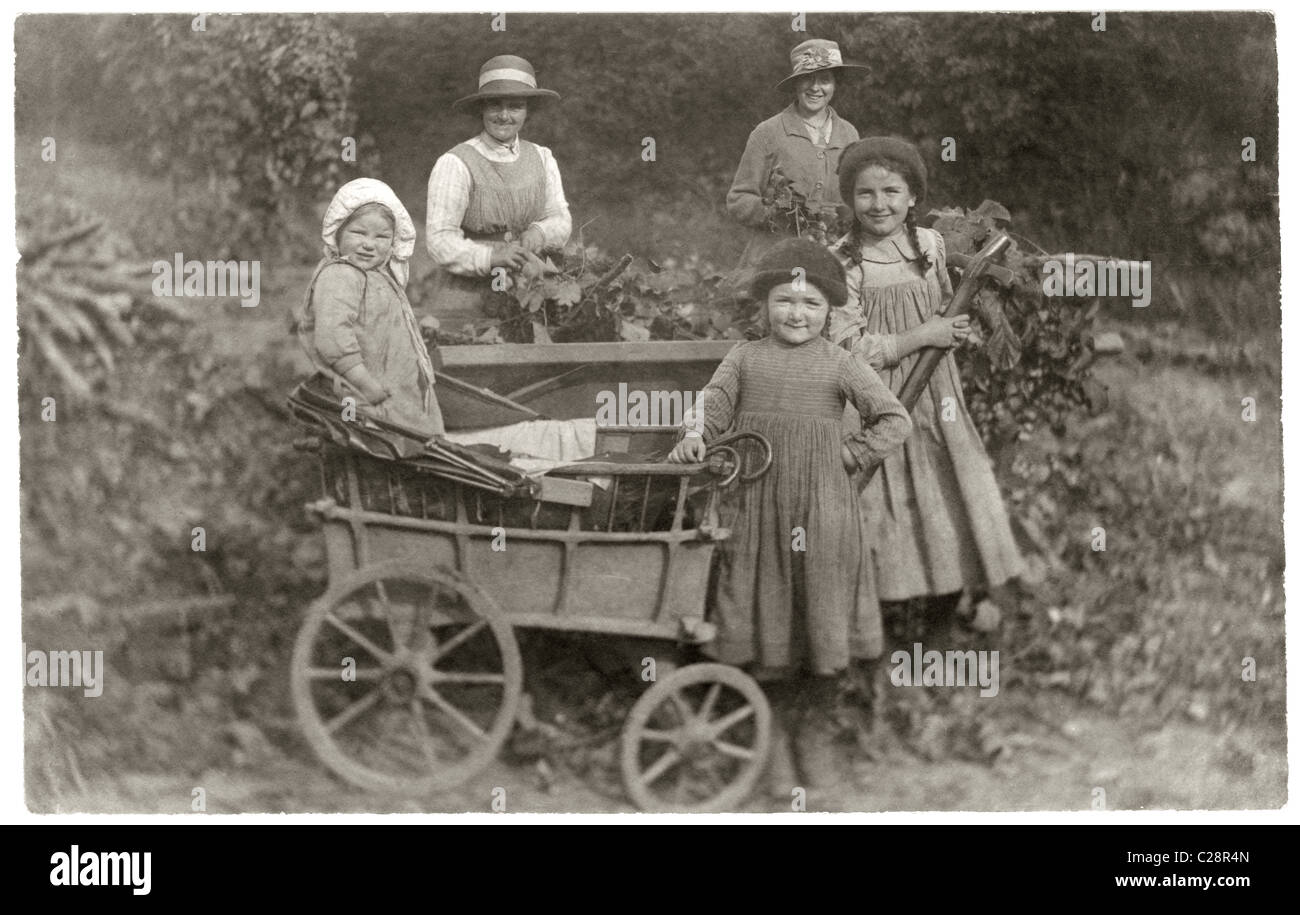 Hop picking - children with a small cart, from the collection of the Butler family, Peasmarsh, Sussex - circa 1915 - Stock Image