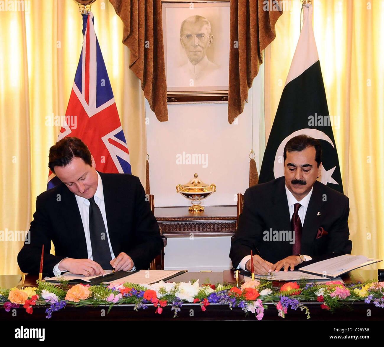 Prime Minister, Syed Yousuf Raza Gilani and UK Prime Minister, David Cameron sign declaration on Enhanced Strategic - Stock Image