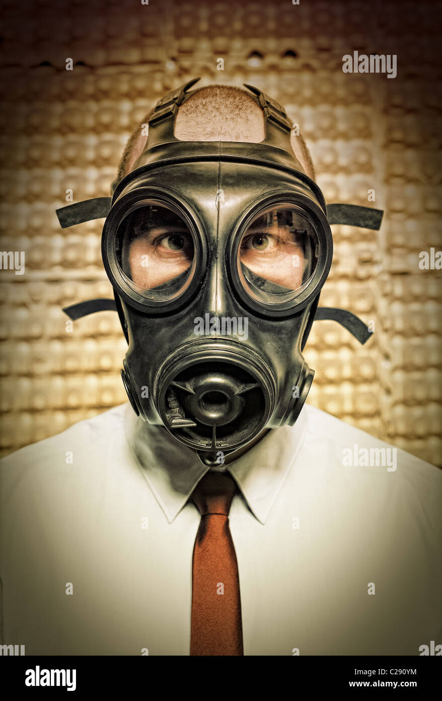 businessman with gas mask and grunge background - Stock Image