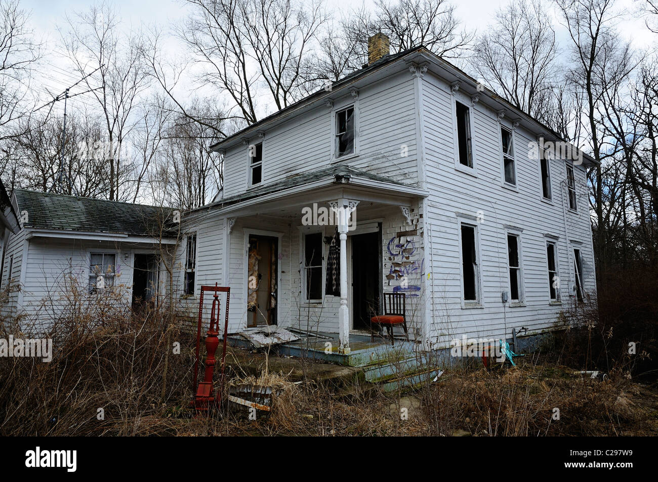 Deserted broken down Illinois farm house with all the windows broken out. - Stock Image
