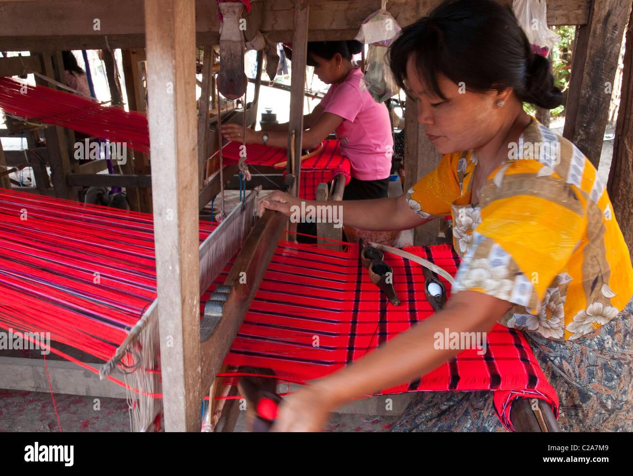 weaving workshop for traditional ethnic Pa Oh handycraft. Augban. Myanmar - Stock Image