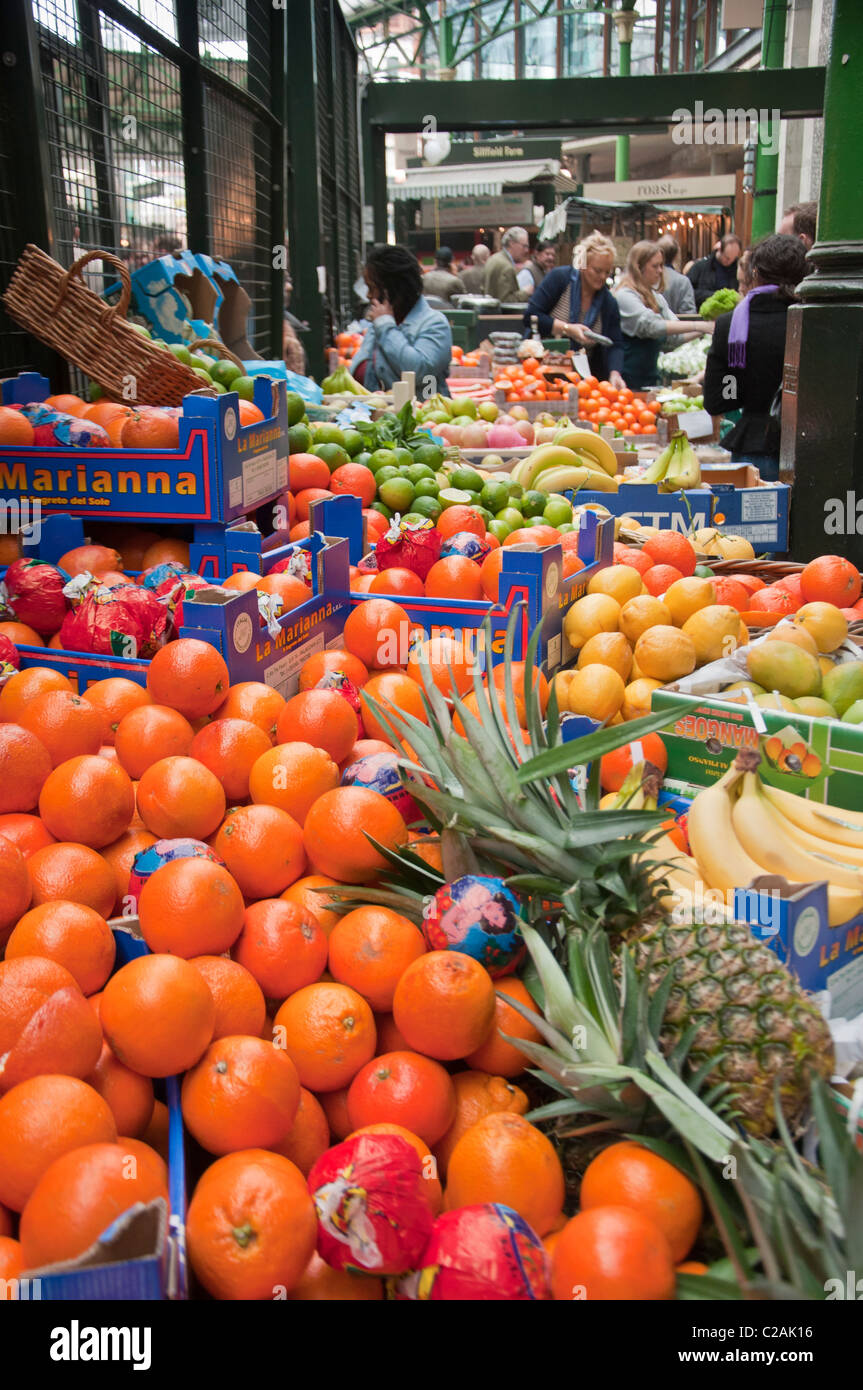 Fruit stalls at the Borough Market, London, England. - Stock Image