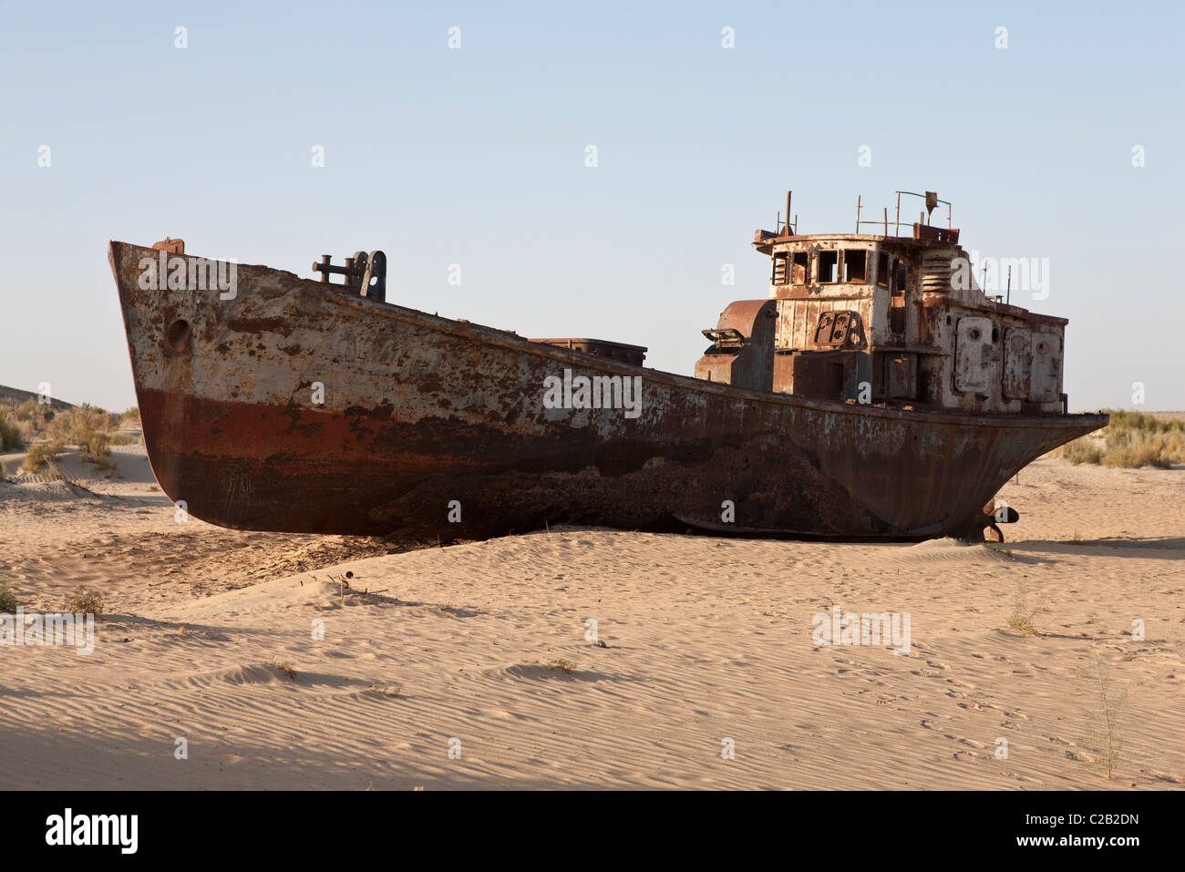 Uzbekistan, Moynaq, rusty boat beached in the desert which used to be the Aral Sea - Stock Image