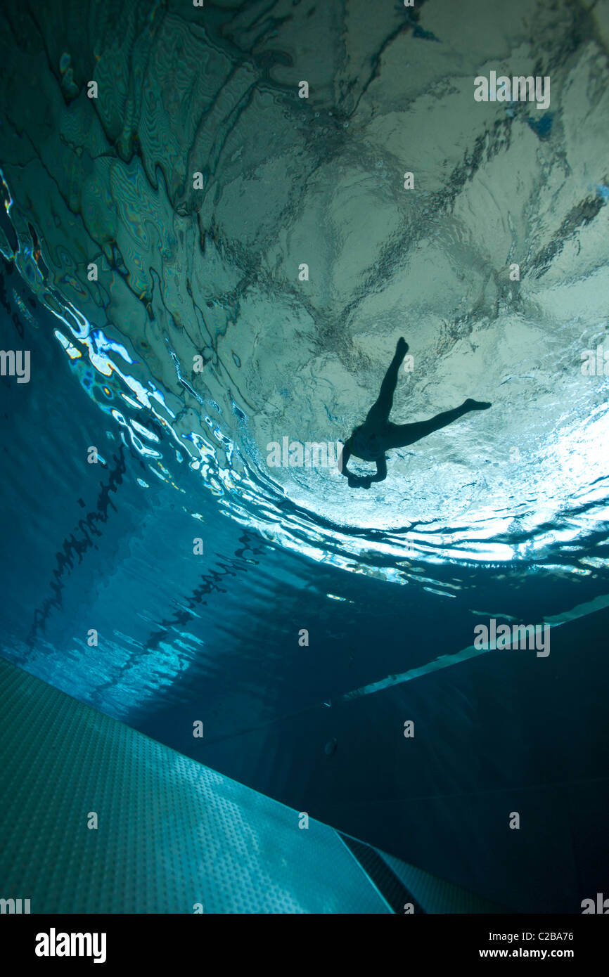 A swimmer in a swimming pool, photographed from below (France). Nageur en piscine photographié depuis le fond - Stock Image