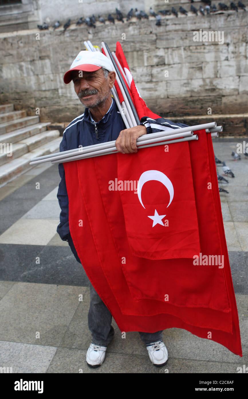 Tuerkei- Istanbul, 2008-09-28, man with a flag - Stock Image
