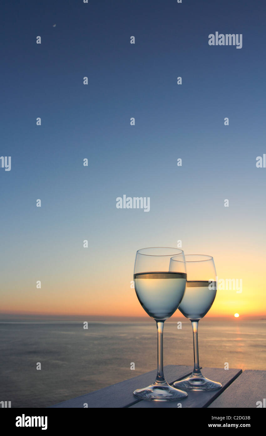 Two glasses of wine by the ocean - Stock Image