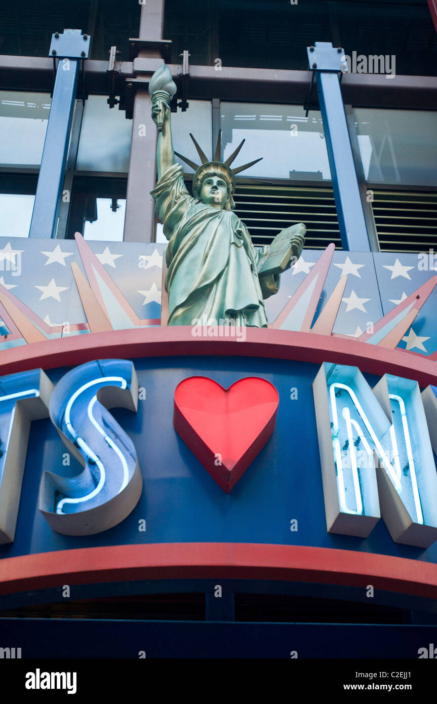 NY Gifts shop on 42nd Street, Manhattan, New York City, USA - Stock Image