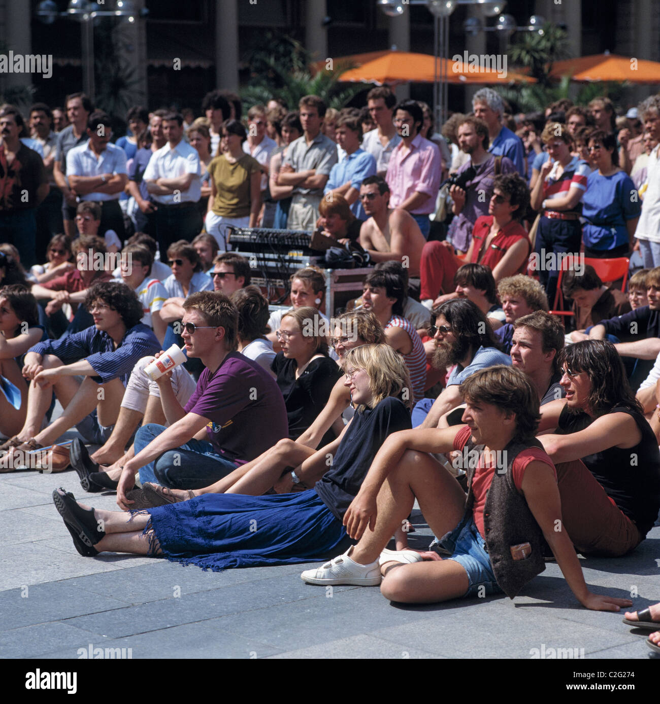 Eighties, people, event, juvenile spectators stand and sit on a sqare, aged 18 to 30 years, D-Cologne, Rhine, North - Stock Image
