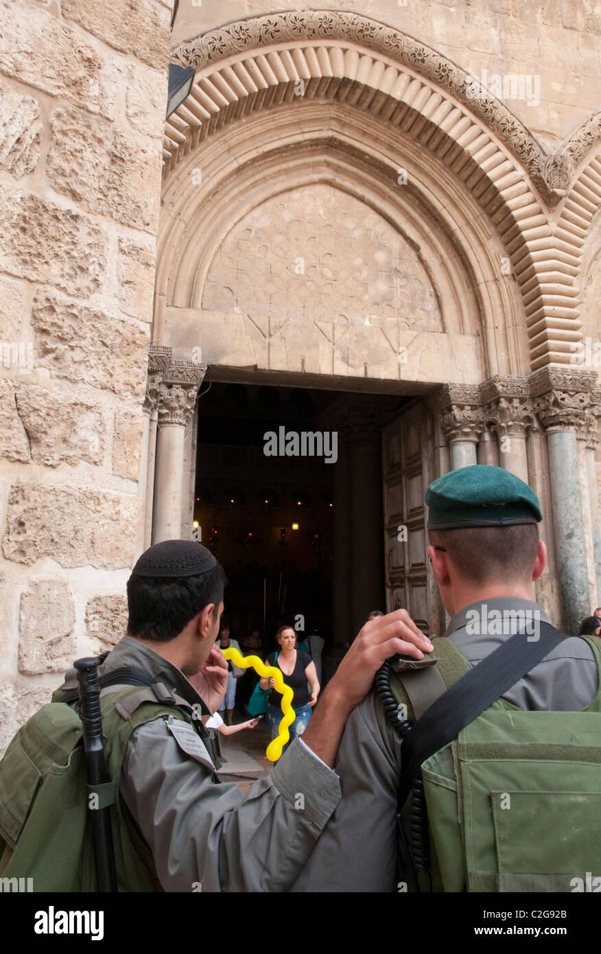 2 Israeli border patrol standing at the gate to Holy Sepulcher. Jerusalem Old City. Israel - Stock Image