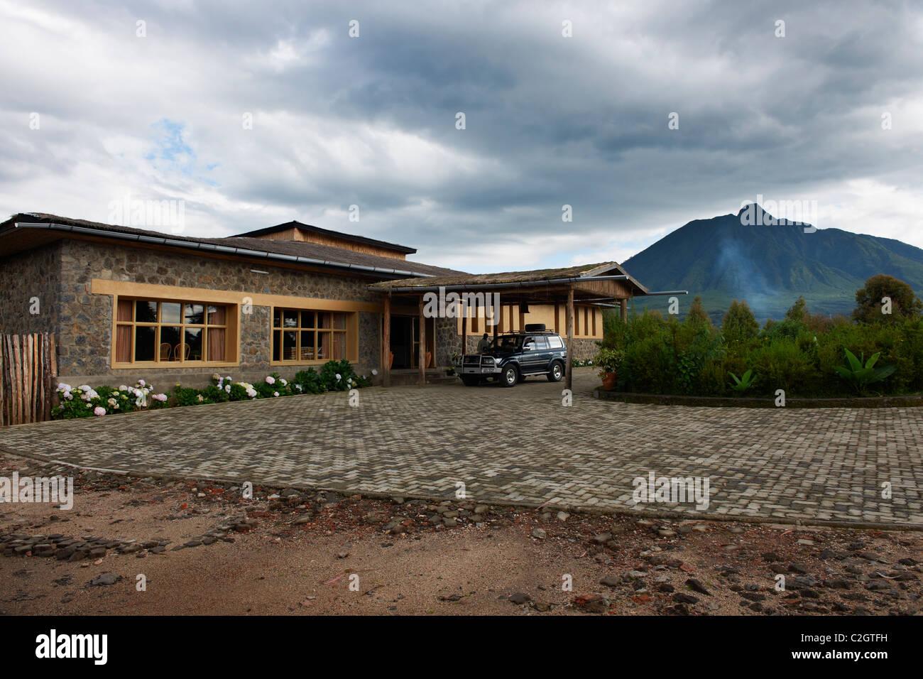 Gorilla Mountain View Lodge and Mount Sabyinyo, Parc National des Volcans, Virunga Mountains, Rwanda, Africa - Stock Image