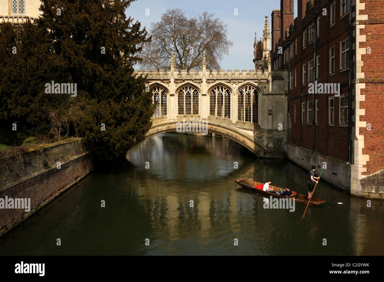 Punt under the Bridge of Sighs at St. John's College, Cambridge, UK - Stock Image