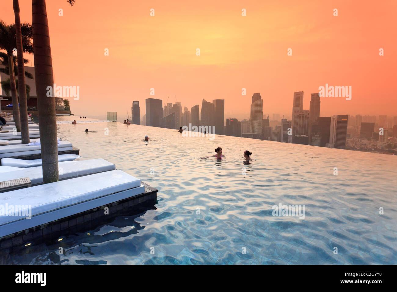 Marina bay sands stock photos marina bay sands stock images alamy - Singapur skyline pool ...