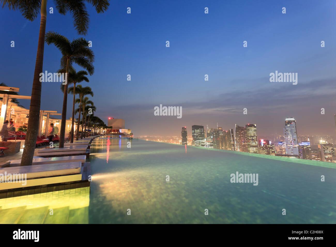 Singapore, swimmingpool and Singapore Skyline on the 57th floor of Marina Bay Sands Resort - Stock Image