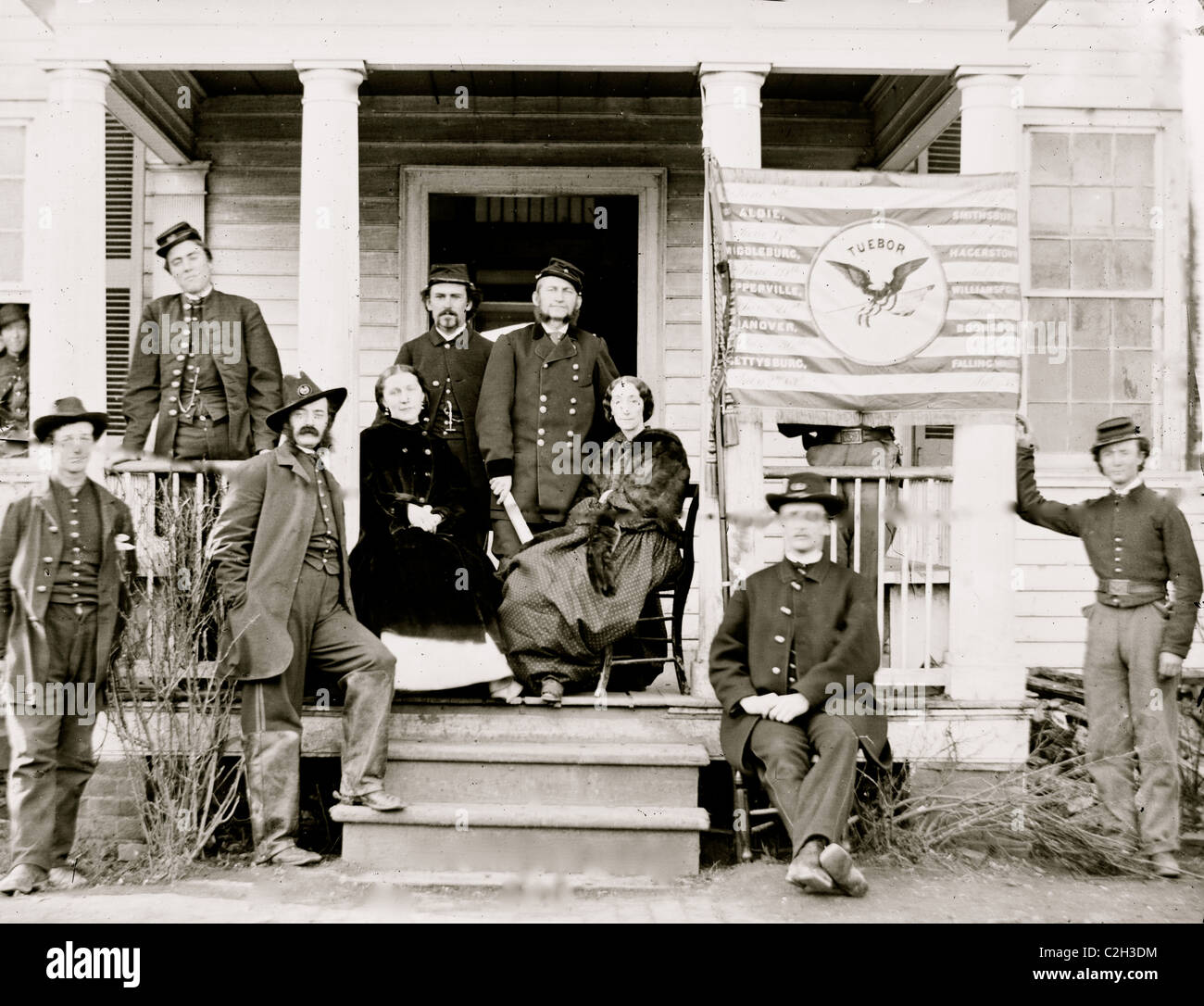 Stevensburg, Va. Gen. Judson Kilpatrick, 3d Division, Cavalry Corps, with ladies and staff members on the porch - Stock Image