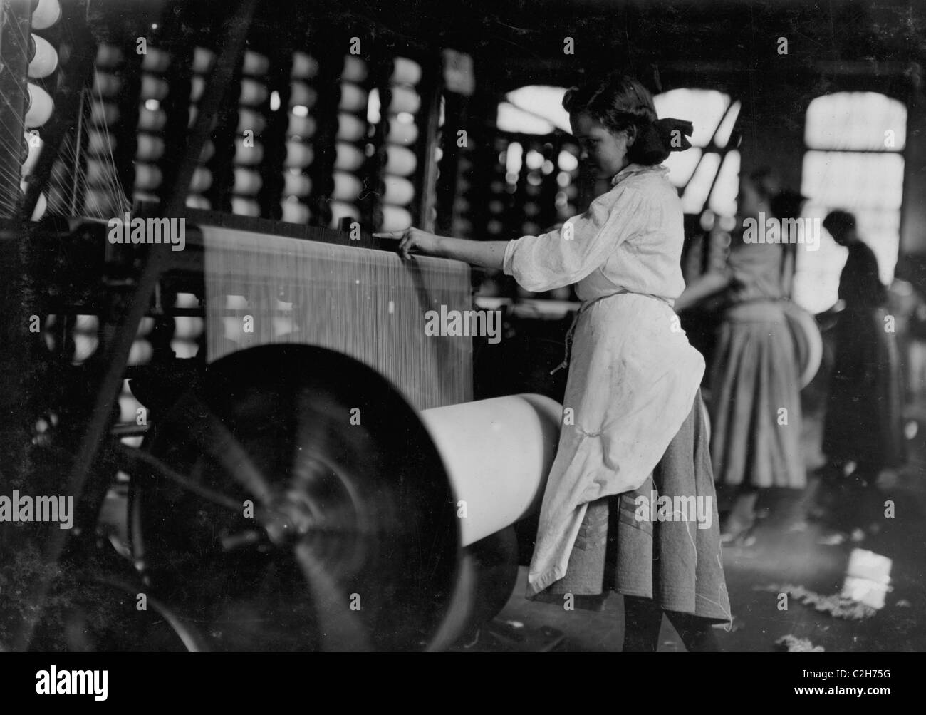 Lincoln Cotton Mills, Evansville, Ind. Girls at weaving machine; warpers - Stock Image