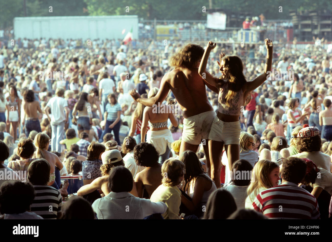 Pittsburgh, Pennsylvania. Couple  dance to the music of the rock band ' America' at concert in park. © - Stock Image