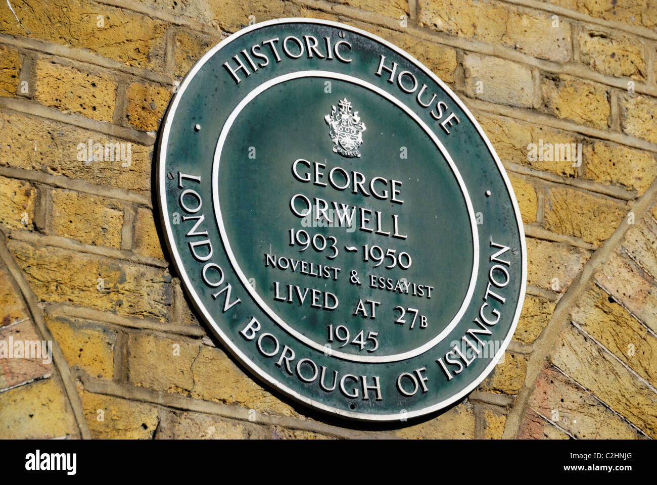 Green Historic House plaque marking the site of the former home of George Orwell, Canonbury Square, London - Stock Image