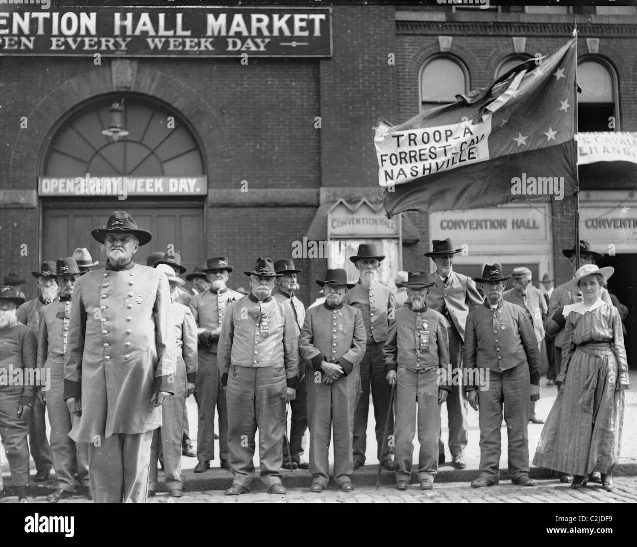 Confederate Veterans Reunion; old men in un Uniforms front of Nashville Convention Hall Market - Stock Image