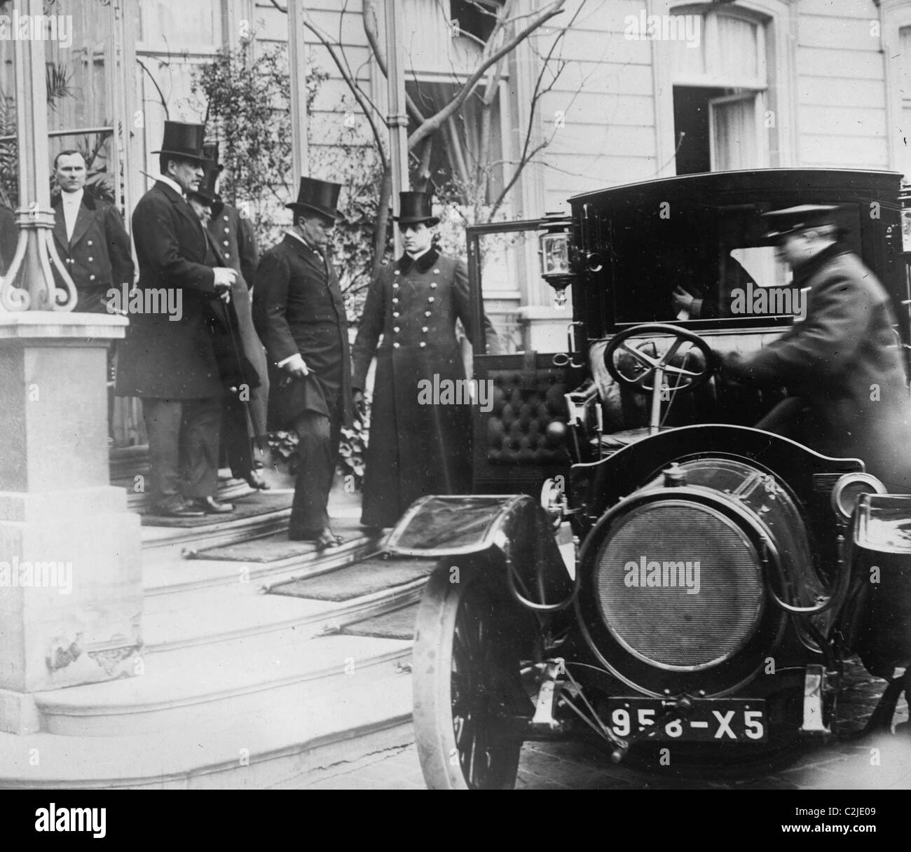Teddy Roosevelt leaving U.S. Ambassador Bacon's residence to call on Fallerieres, President of France - Stock Image