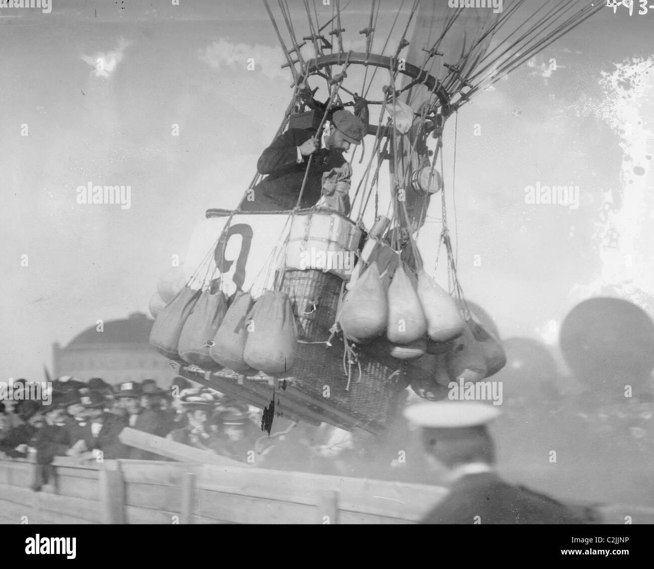 Balloon race, American balloon 'Conqueror' rising , Berlin - Stock Image