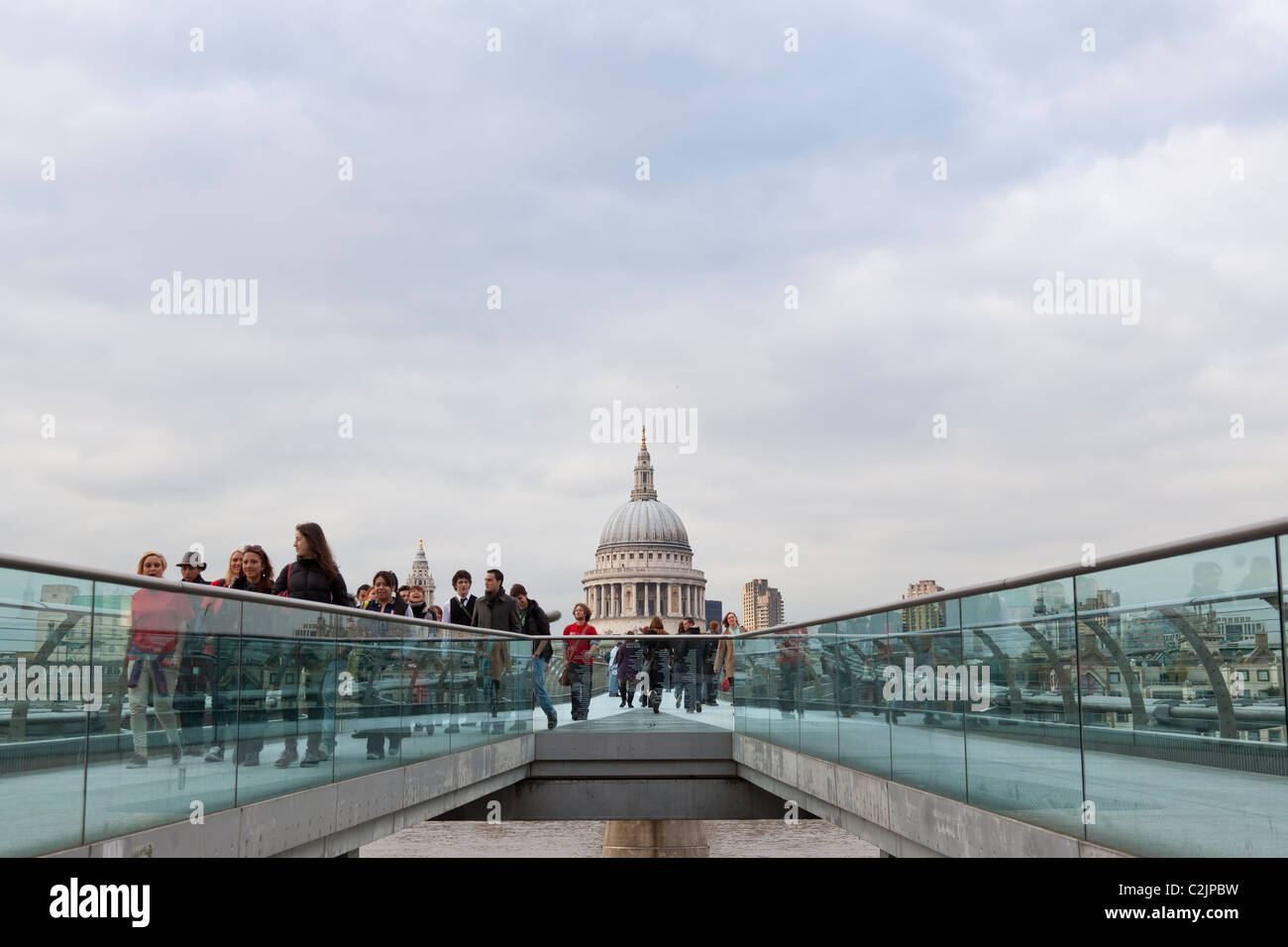 St Paul's Cathedral und Millennium Bridge, London, England, Großbritannien, Europa - Stock Image