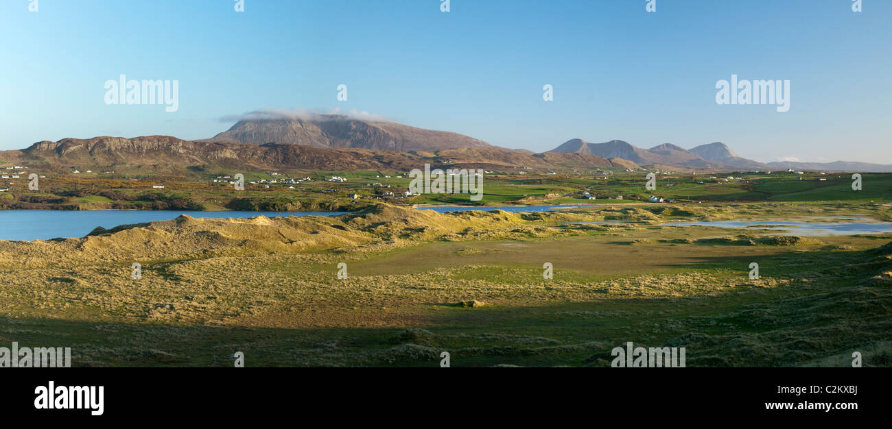 Muckish Mountain rises above the dunes and machair grassland of Tramore, Dunfanaghy, County Donegal, Ireland. - Stock Image