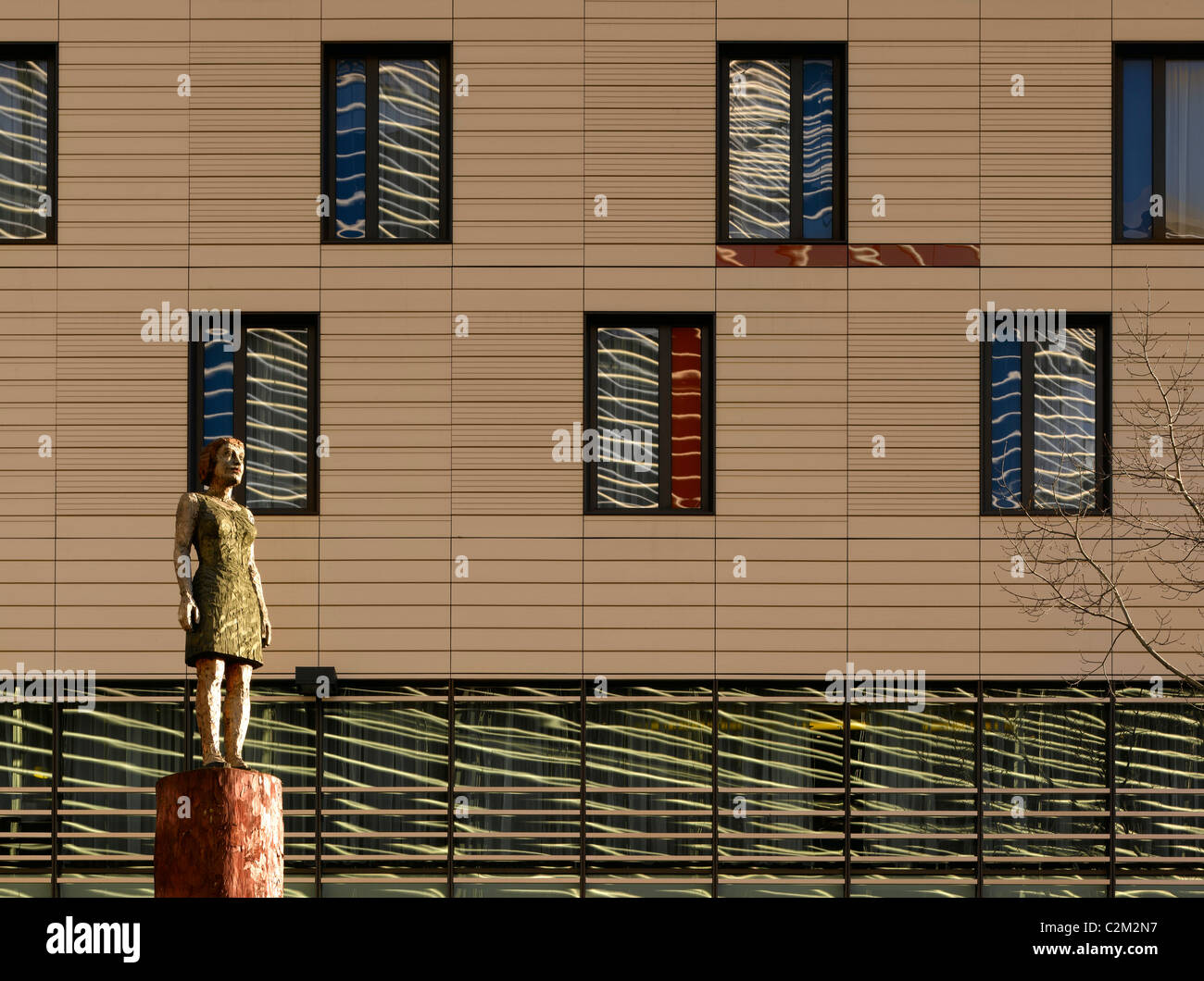 More London Riverside - Window elevation and wood carved statue part of Couple by Stephan Balkenhol - Stock Image