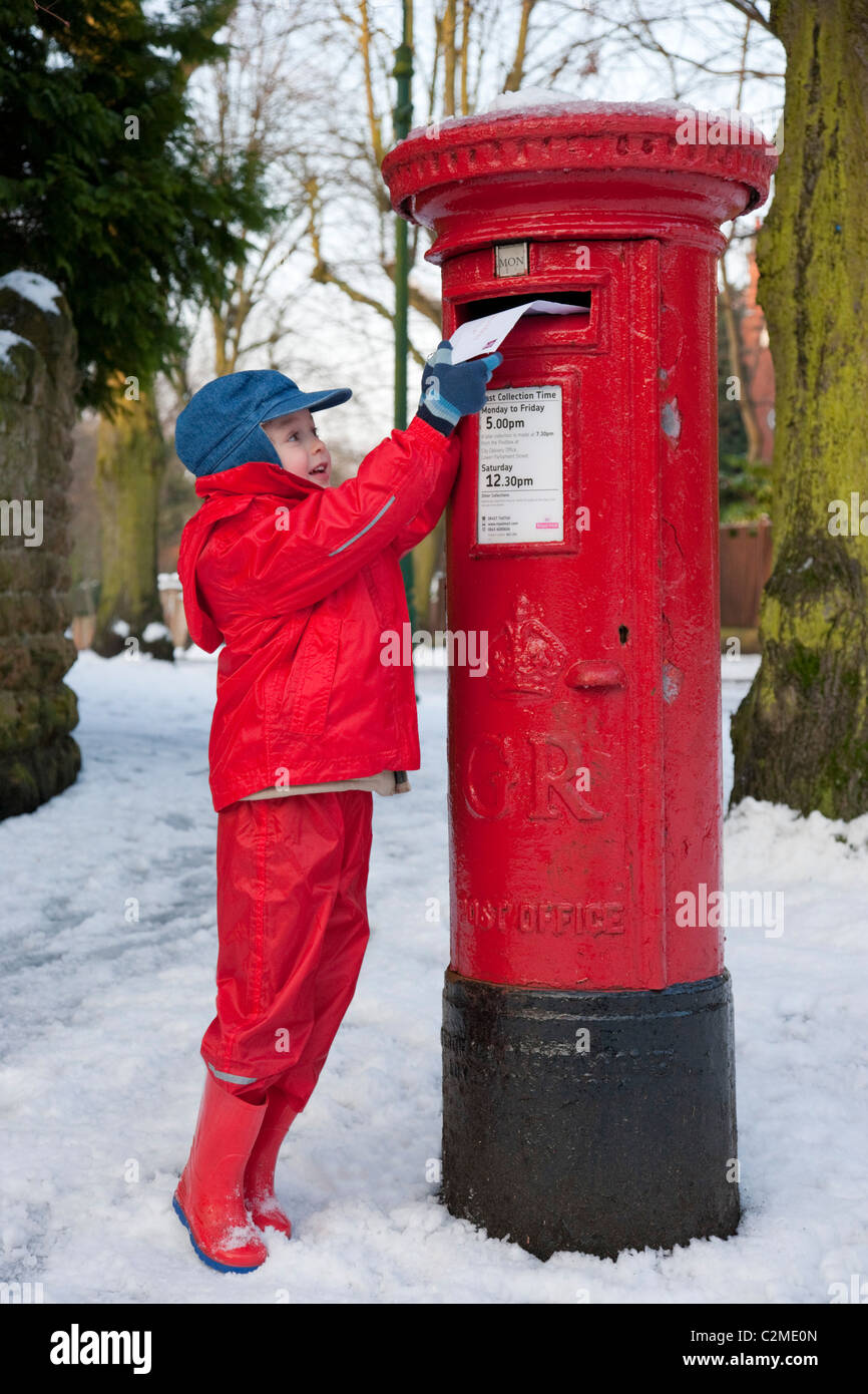 Posting a letter to Santa, EnglandPost box, Letter box, snow - Stock Image