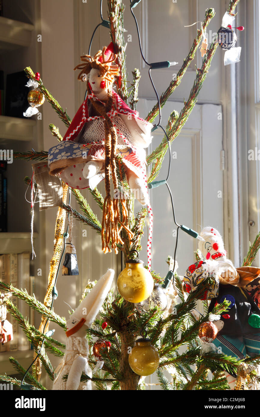 Christmas tree with Jessica Quinn dolls - Stock Image