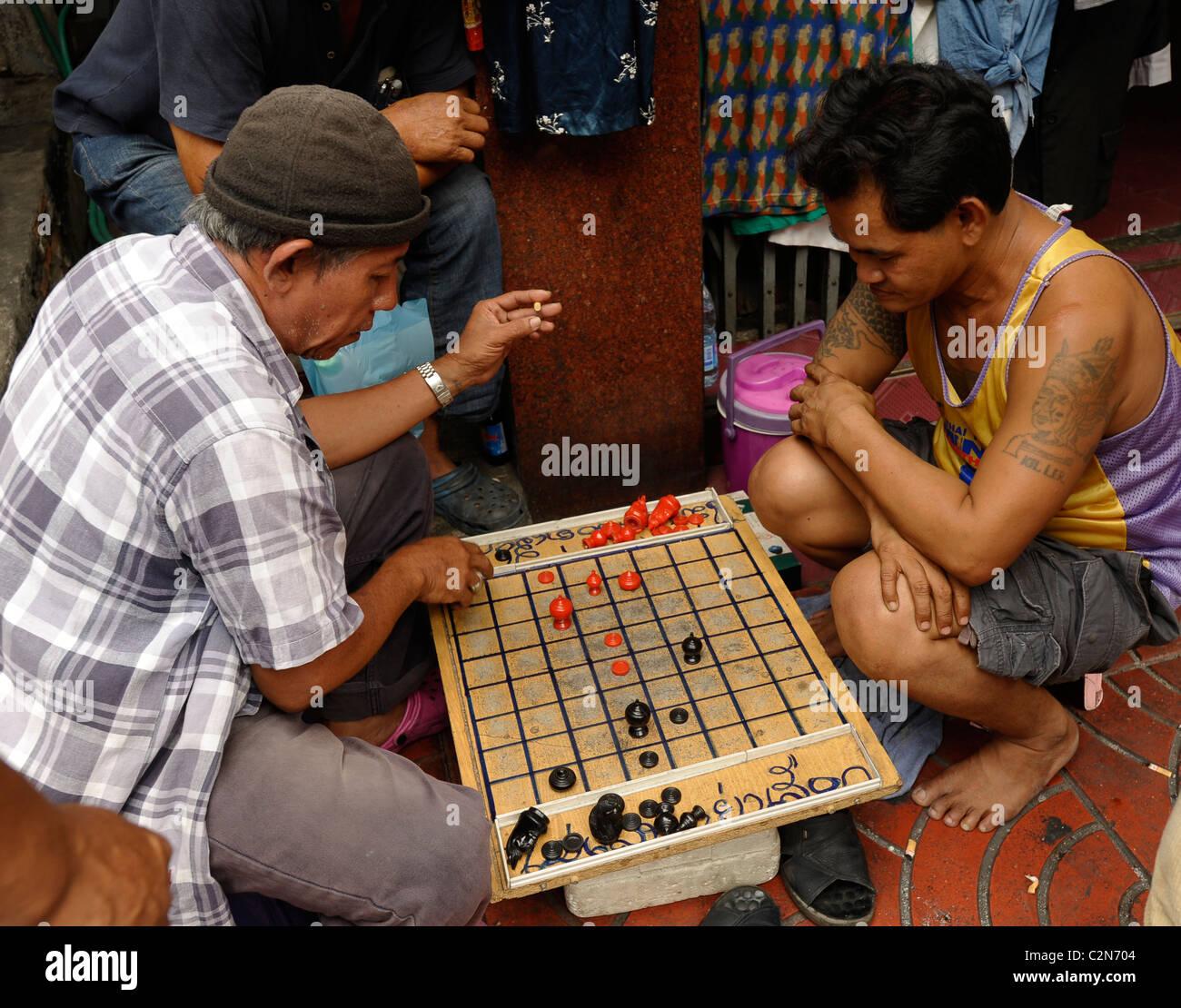 thai chinese men playing chinese checkers (draughts), Yaowarat Road , chinatown, bangkok, thailand - Stock Image