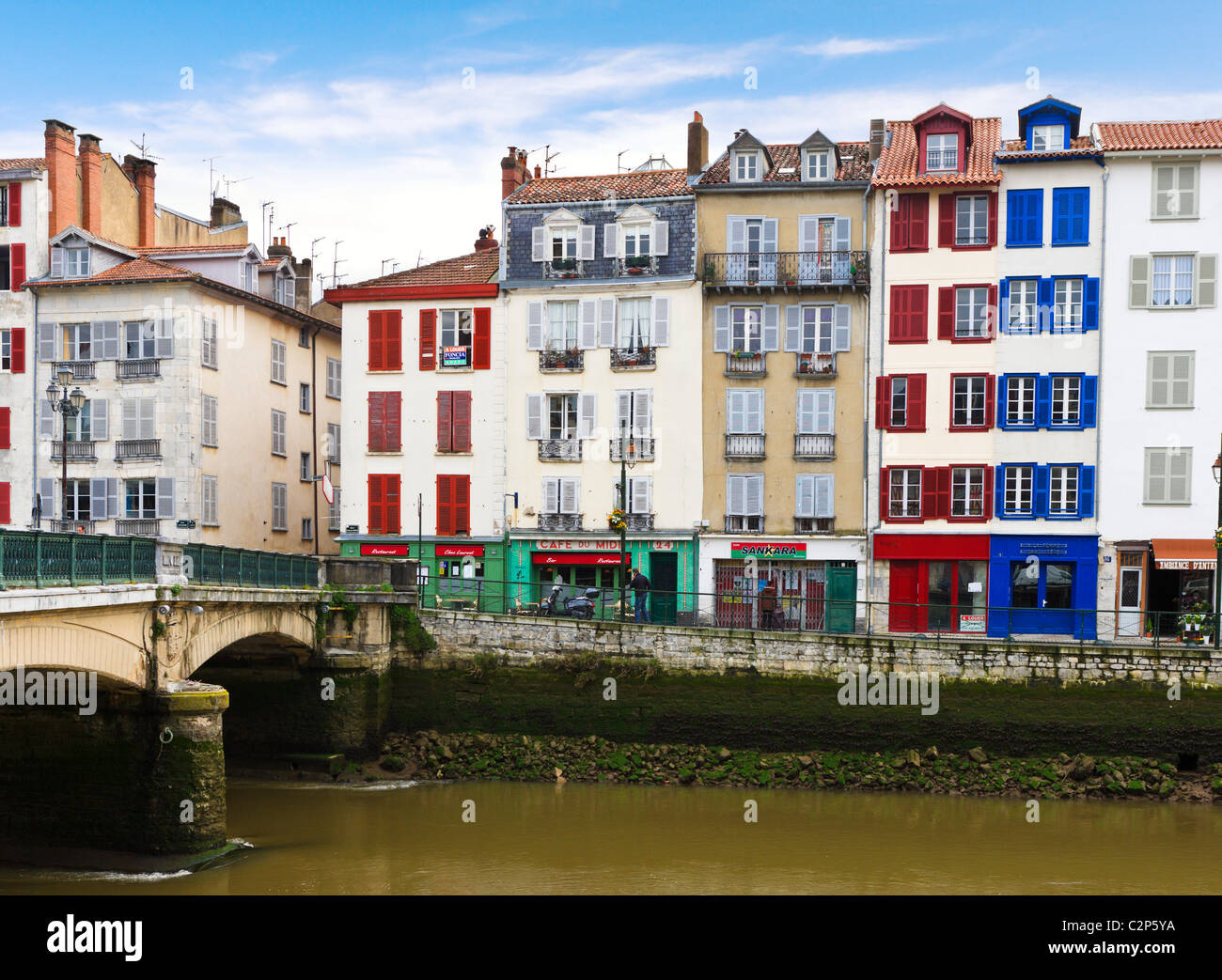 Traditional houses along banks of  River Nive in the Petit Bayonne district, Bayonne (Baiona), Cote Basque, Southern - Stock Image