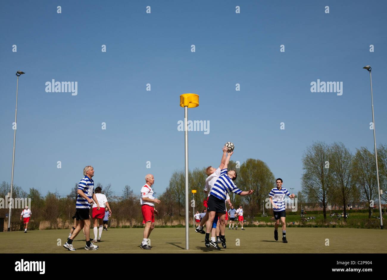 Korfballers op een sportveld bij het Westerpark in Amsterdam Stock Photo