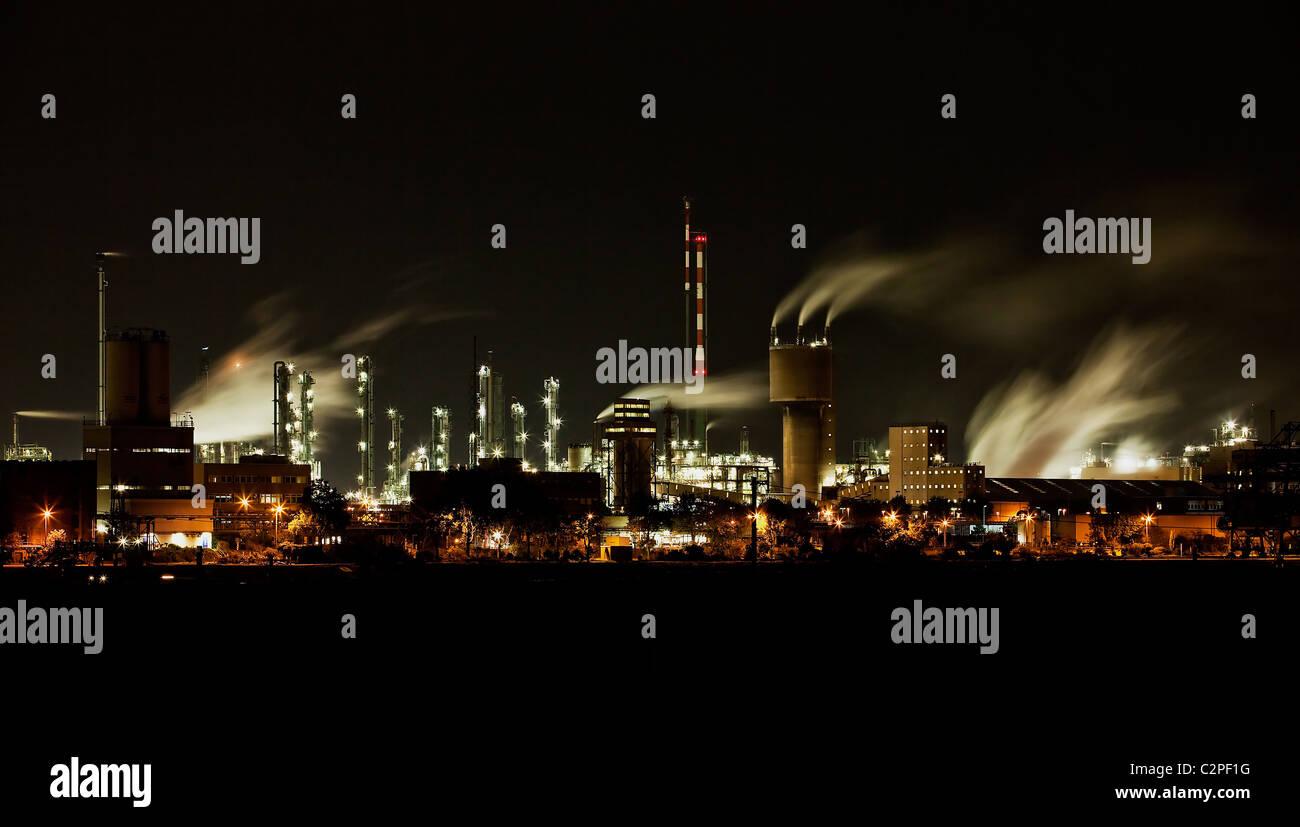 Chemische Fabrik bei Nacht - Stock Image