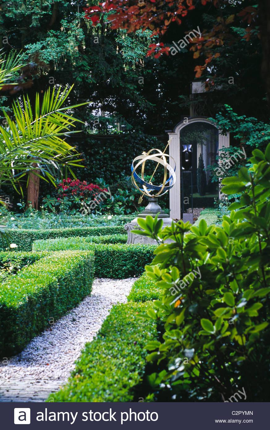 amsterdam private garden keizergracht 666 668 view along path to sculpture and trompe - Amsterdam Garden