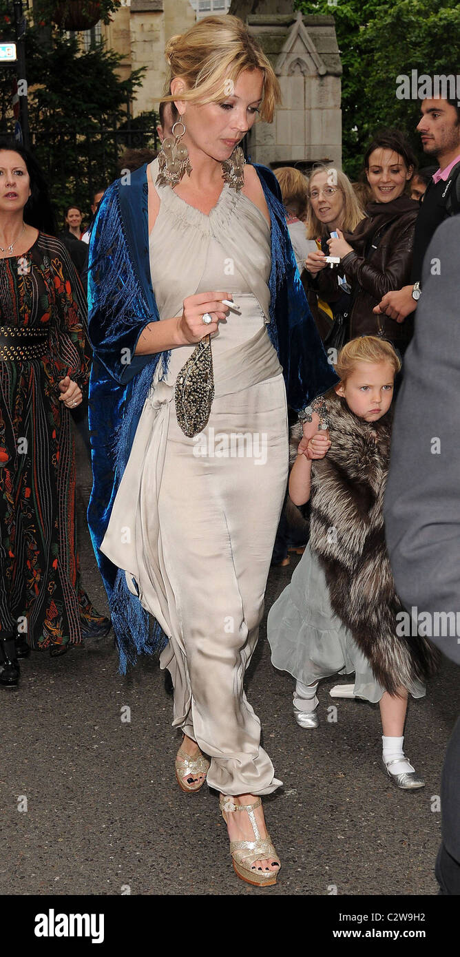 Kate Moss and daughter Lila Grace The wedding of Leah Wood and Jack MacDonald at Southwark Cathedral - Departures - Stock Image