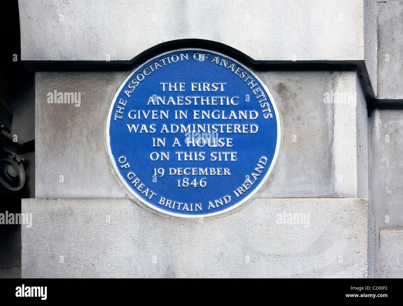Blue plaque commemorating the first anaesthetic given in England in 1846. Stock Photo