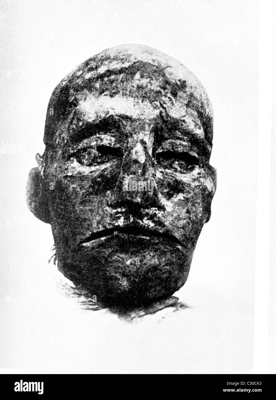 The mummy head pictured in this photograph dating to 1907 is of Ramesses III of the 20th Dynasty. - Stock Image