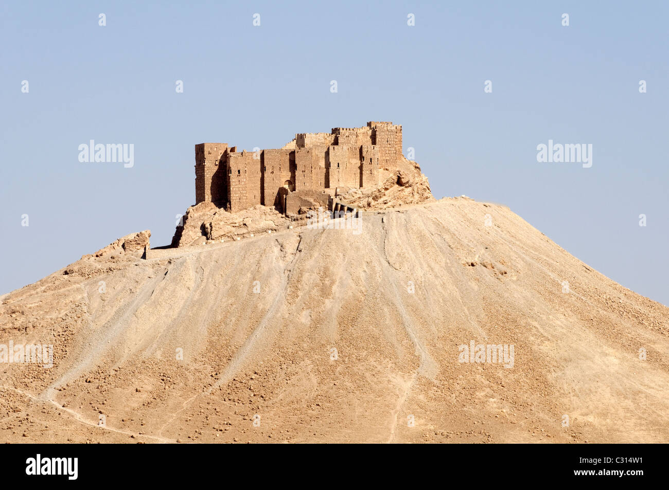 Palmyra. Syria. View of the hilltop 17th century Arab castle or citadel of Qala at ibn Maan. - Stock Image