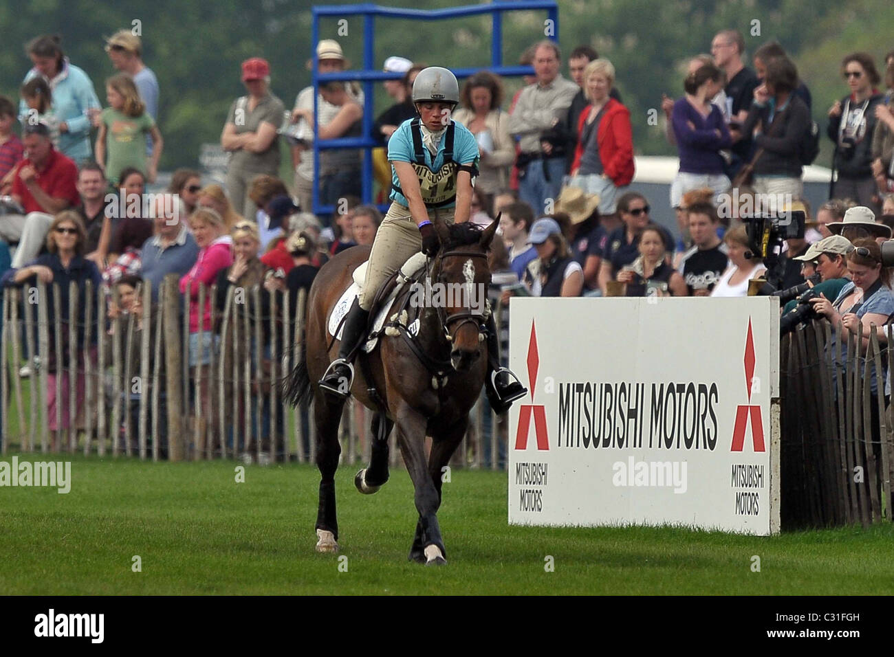 Izzy Taylor riding BRIARLANDS MATILDA gallops towards fence 21 watched by the spectators. Mitsubishi Badminton Horse - Stock Image