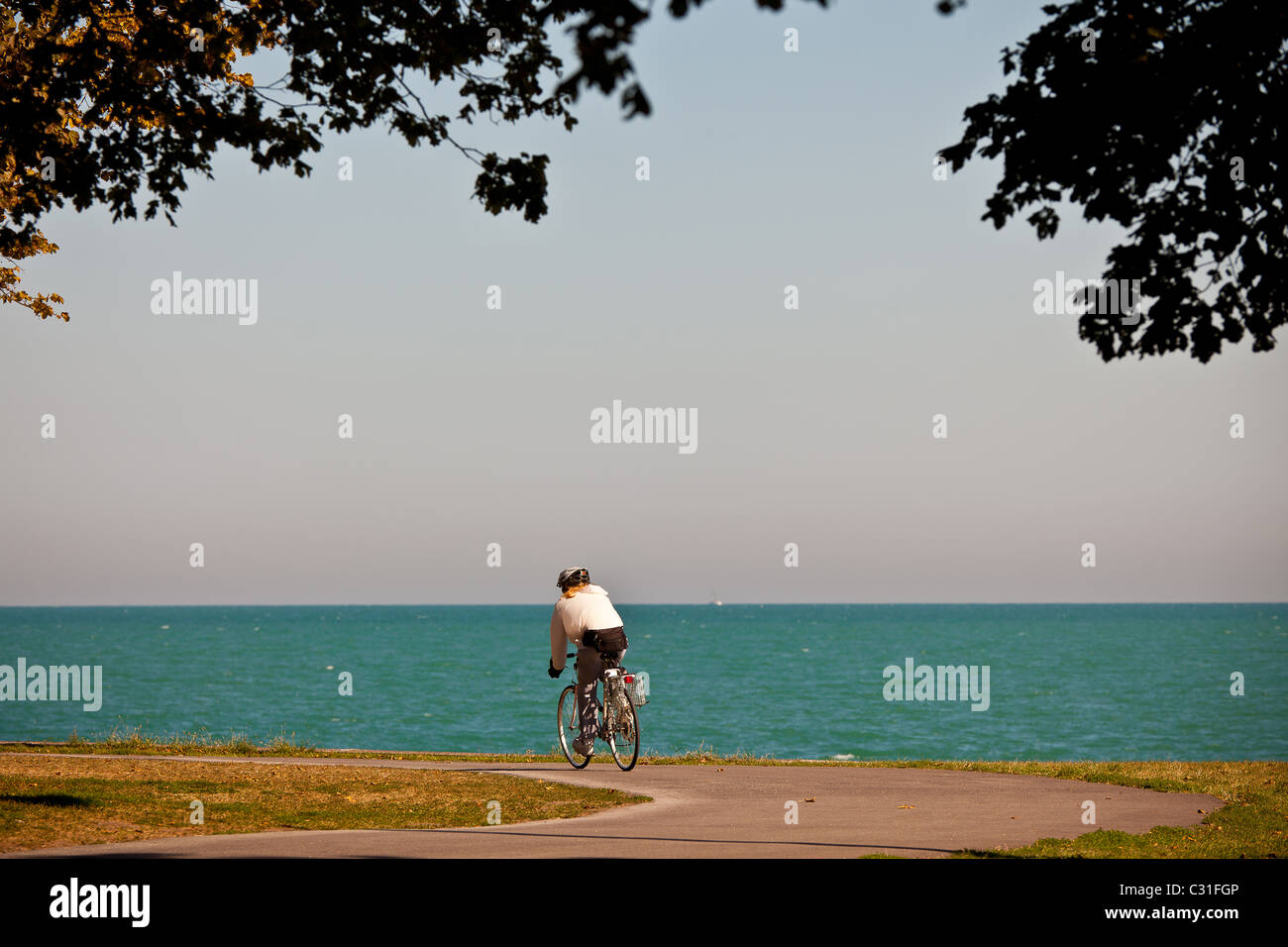 A bicyclist rides along Lake Michigan in downtown Chicago, IL. - Stock Image