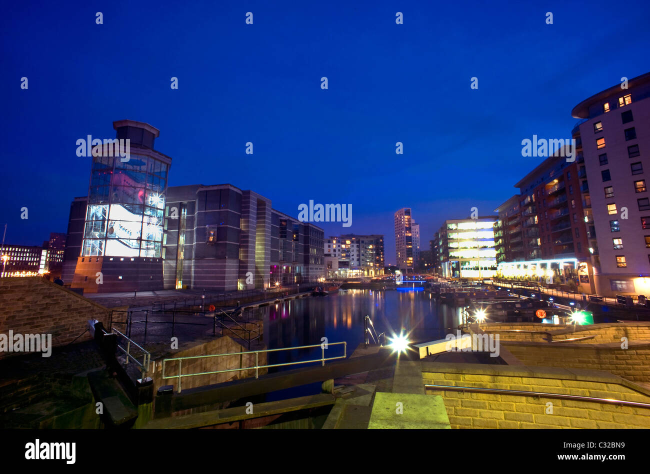 royal armouries building reflected in dock on the aire/calder canal at dusk leeds yorkshire uk - Stock Image