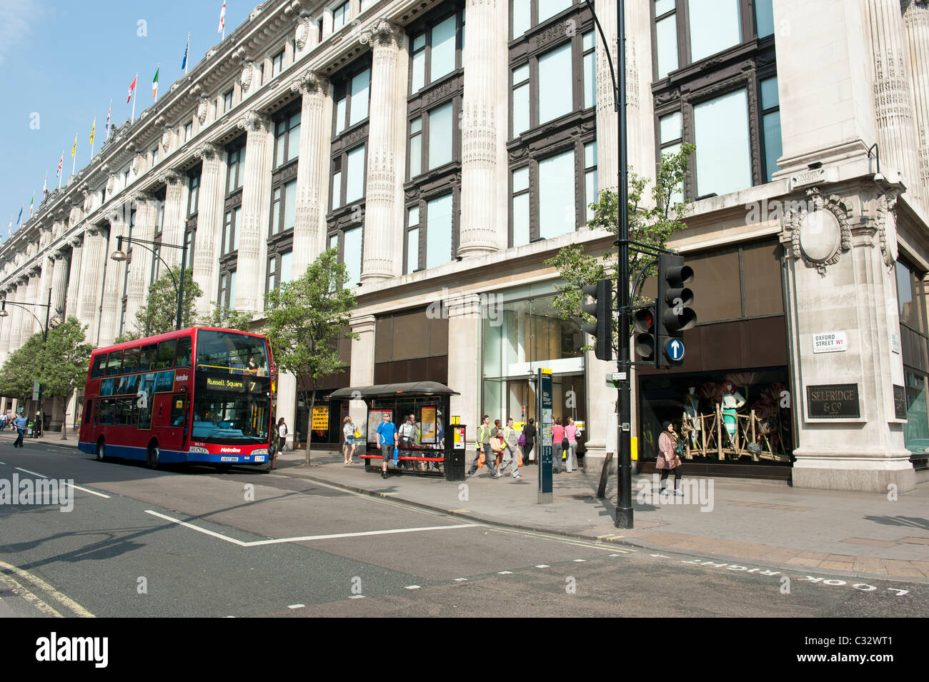 Red London bus on Oxford Street, outside the Selfridges store - Stock Image