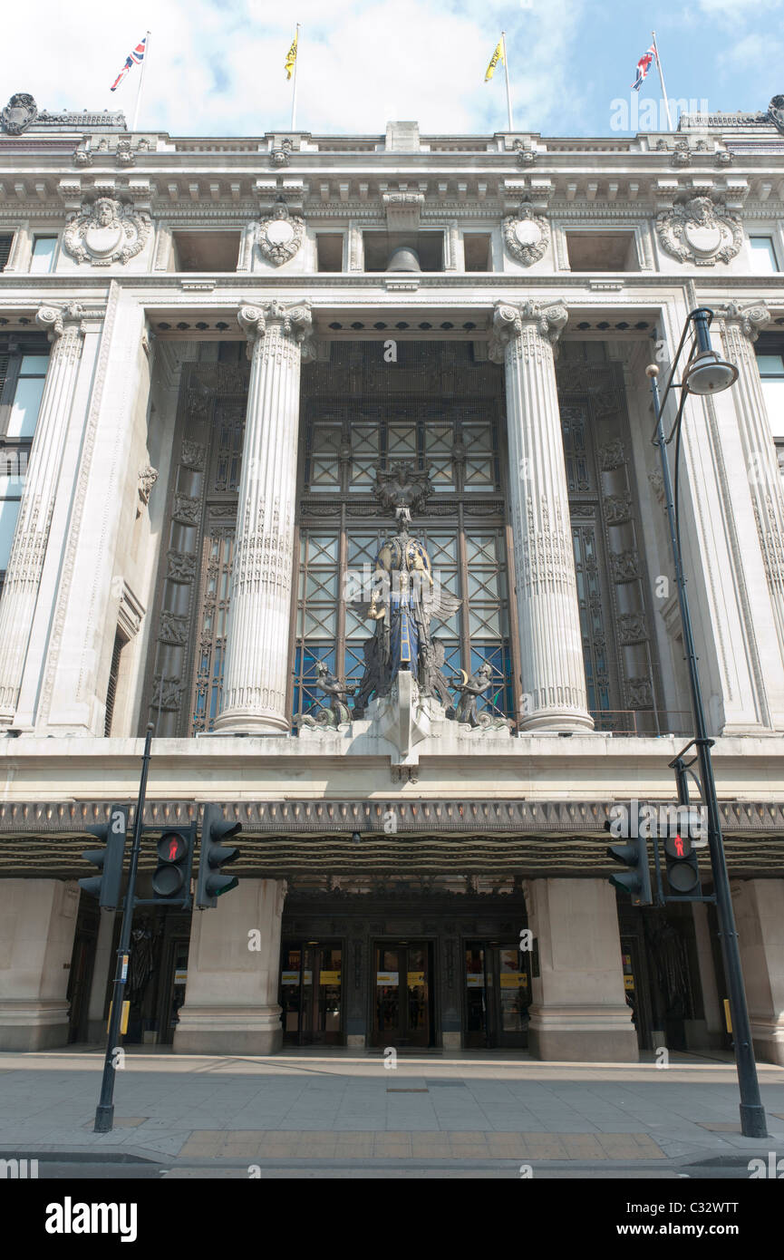Queen of Time sculpture by Gilbert Bayes, above the art deco entrance to Selfridges store on Oxford Street, London. - Stock Image
