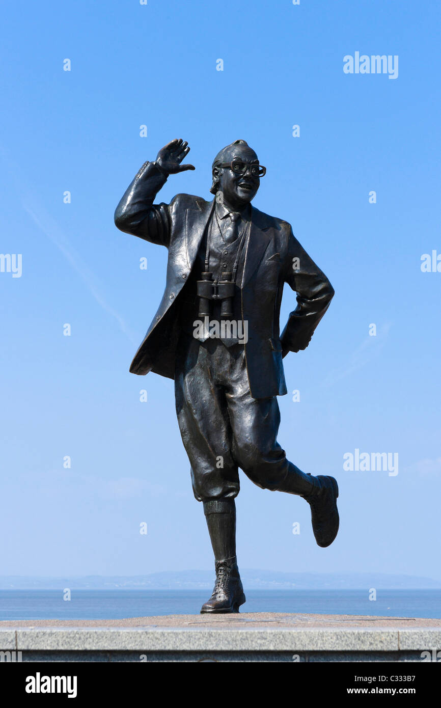 Statue of comedian Eric Morecambe in his 'Bring Me Sunshine' pose on the seafront in seaside resort of Morecambe, - Stock Image