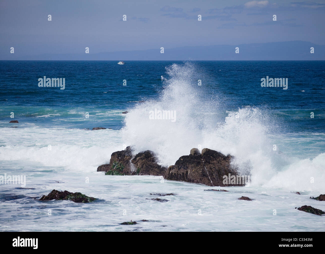 Pacific ocean surf crash on rocky shore - Stock Image