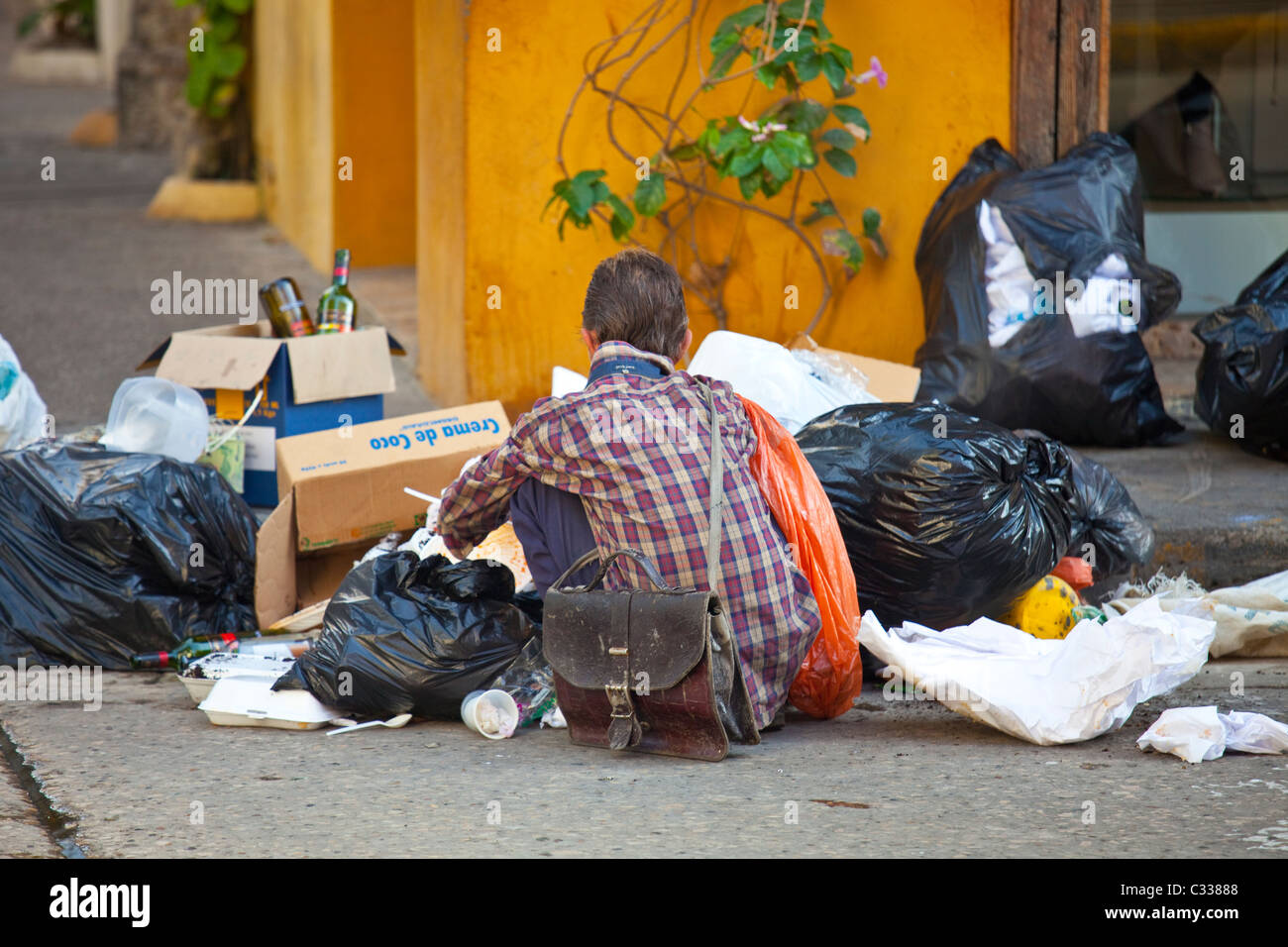 Scavenging through the garbage on the streets of the old town, Cartagena, Colombia - Stock Image