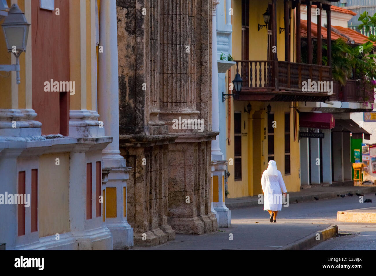 Catholic Nun in the narrow streets of the old city in Cartagena, Colombia - Stock Image