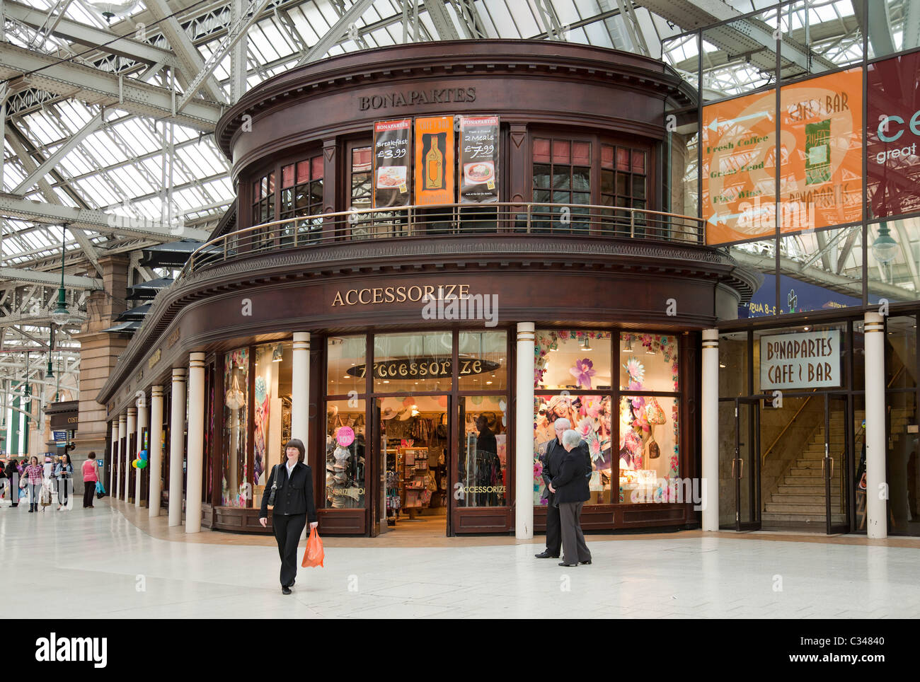 Accessorize retail outlet and Bonaparte's pub in Glasgow Central Station concourse. - Stock Image