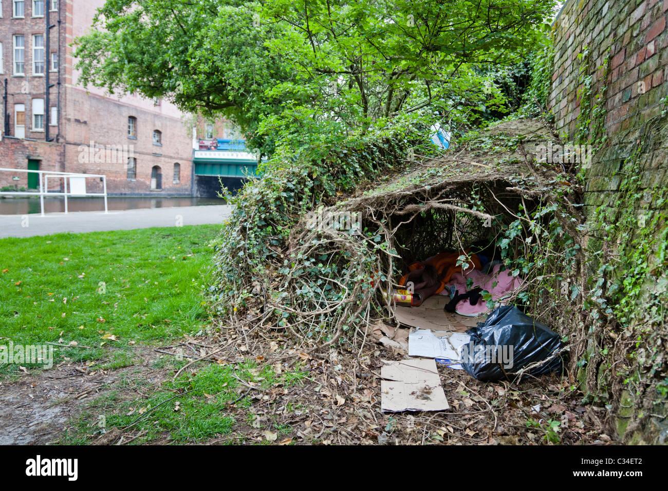 Homelessness UK: homeless person's shelter under bushes in Nottingham, England, UK - Stock Image