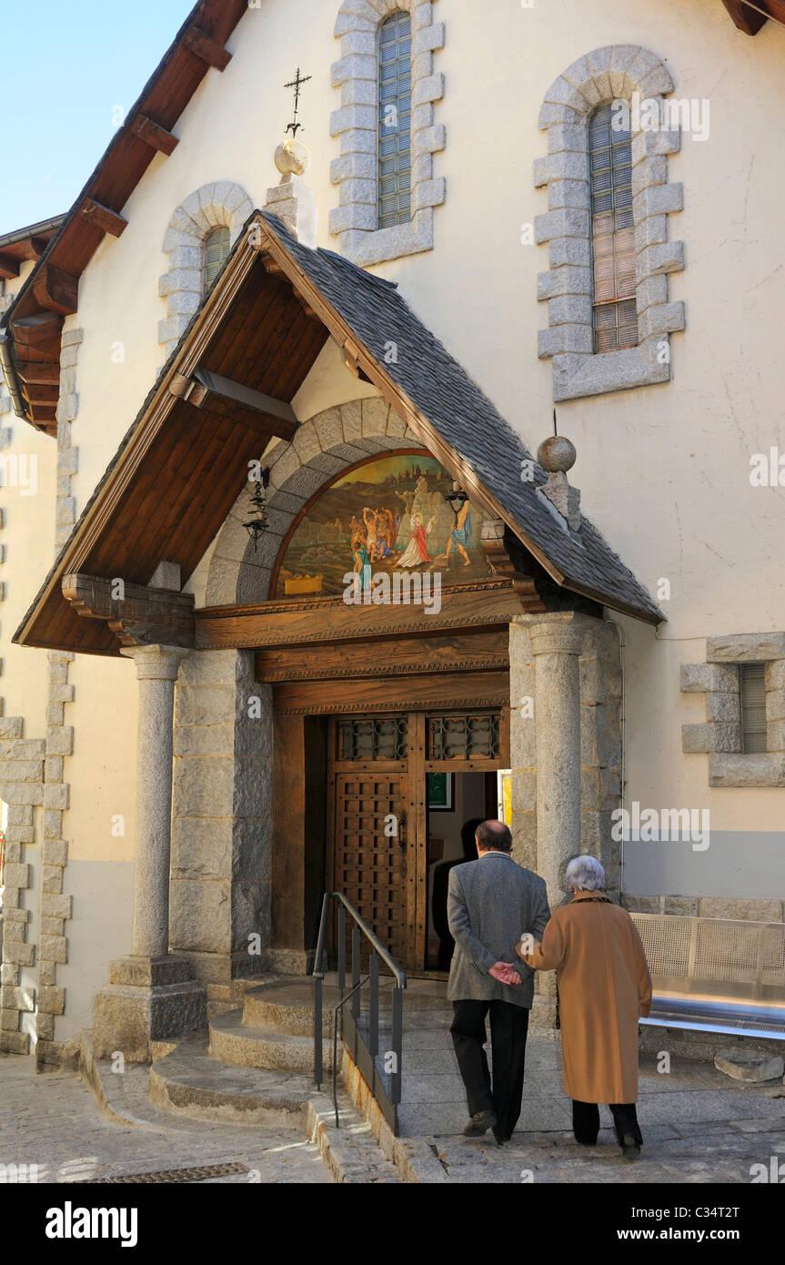 Elderly couple on churchgoing to the church Sant Esteve, Barri Antic, Andorra La Vella, Principality of Andorra - Stock Image